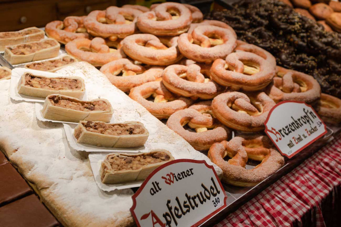 Štrúdle a ďalšie dobroty na viedenských vianočných trhoch
