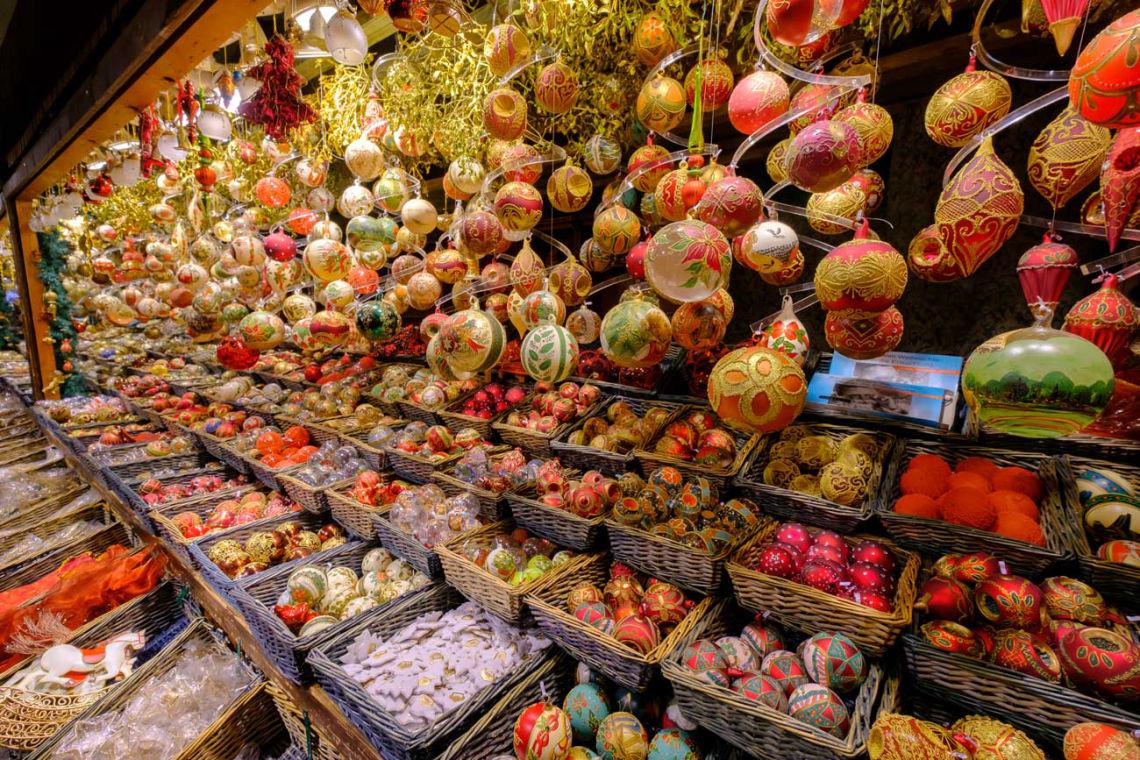 Pestrá ponuka vianočných ozdôb na viedenských trhoch